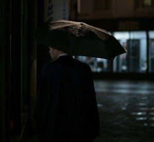 การเลือกใส่ชุดสูดสีดกับร่มสีดำ ช่วยให้มีเสน่ห์มากขึ้น