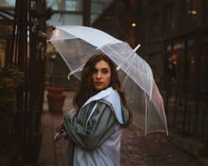การเลือกใช้ร่มแฟชั่นแบบใสกับเสื้อลายขวาง